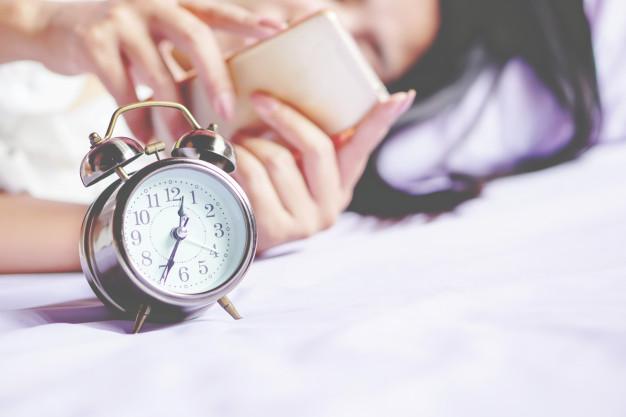 Des recherches américaines ont montré que le fait de se coucher tard et de ne pas suivre des horaires réguliers de sommeil pouvait être associé à un risque accru de surpoids chez les jeunes filles.