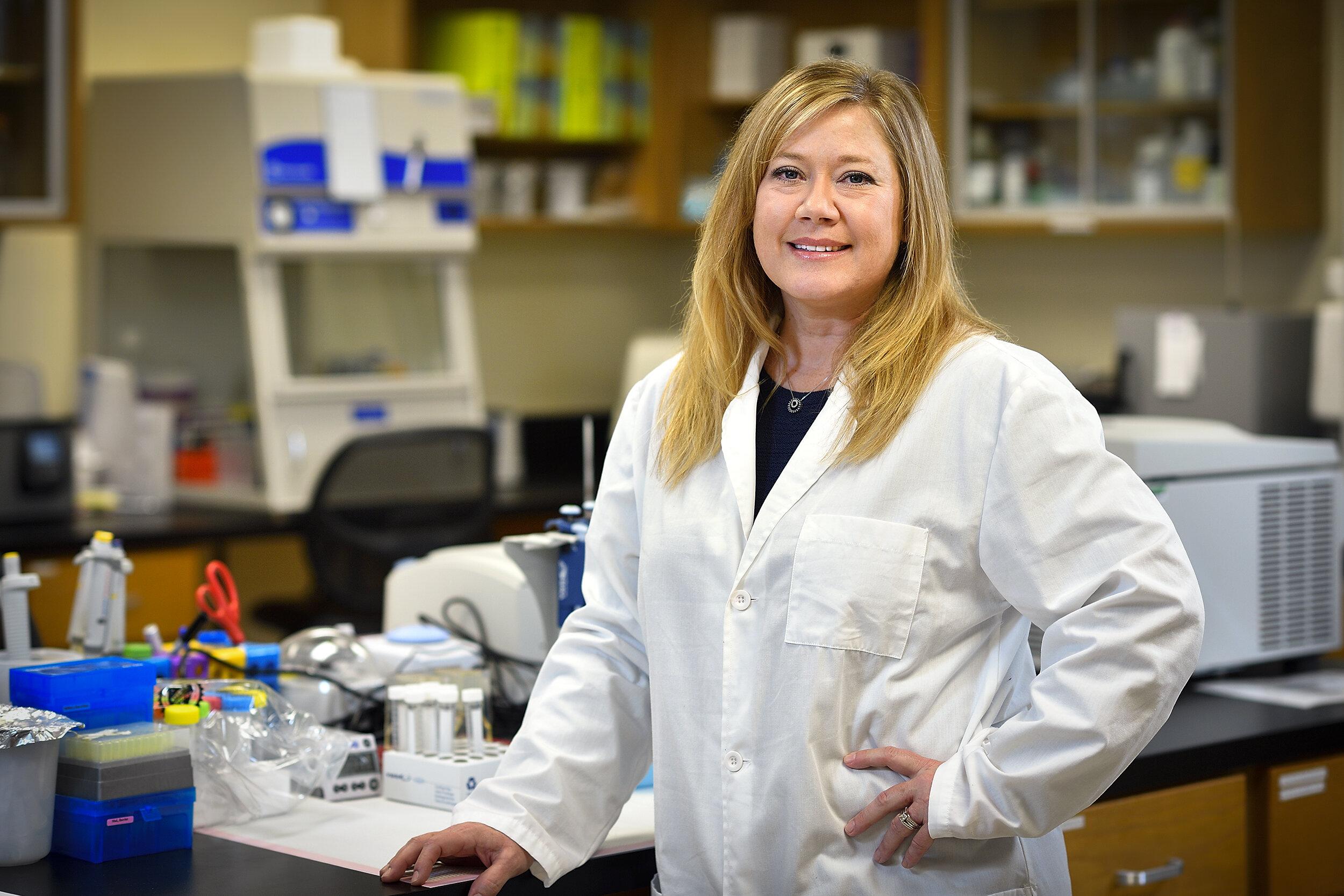 Amie Lund, une chercheuse en toxicologie cardiovasculaire à l'Université du Nord du Texas, a constaté que l'exposition à certains polluants atmosphériques peut causer un gain de poids, surtout lorsqu'il est associé à un régime riche en graisses.