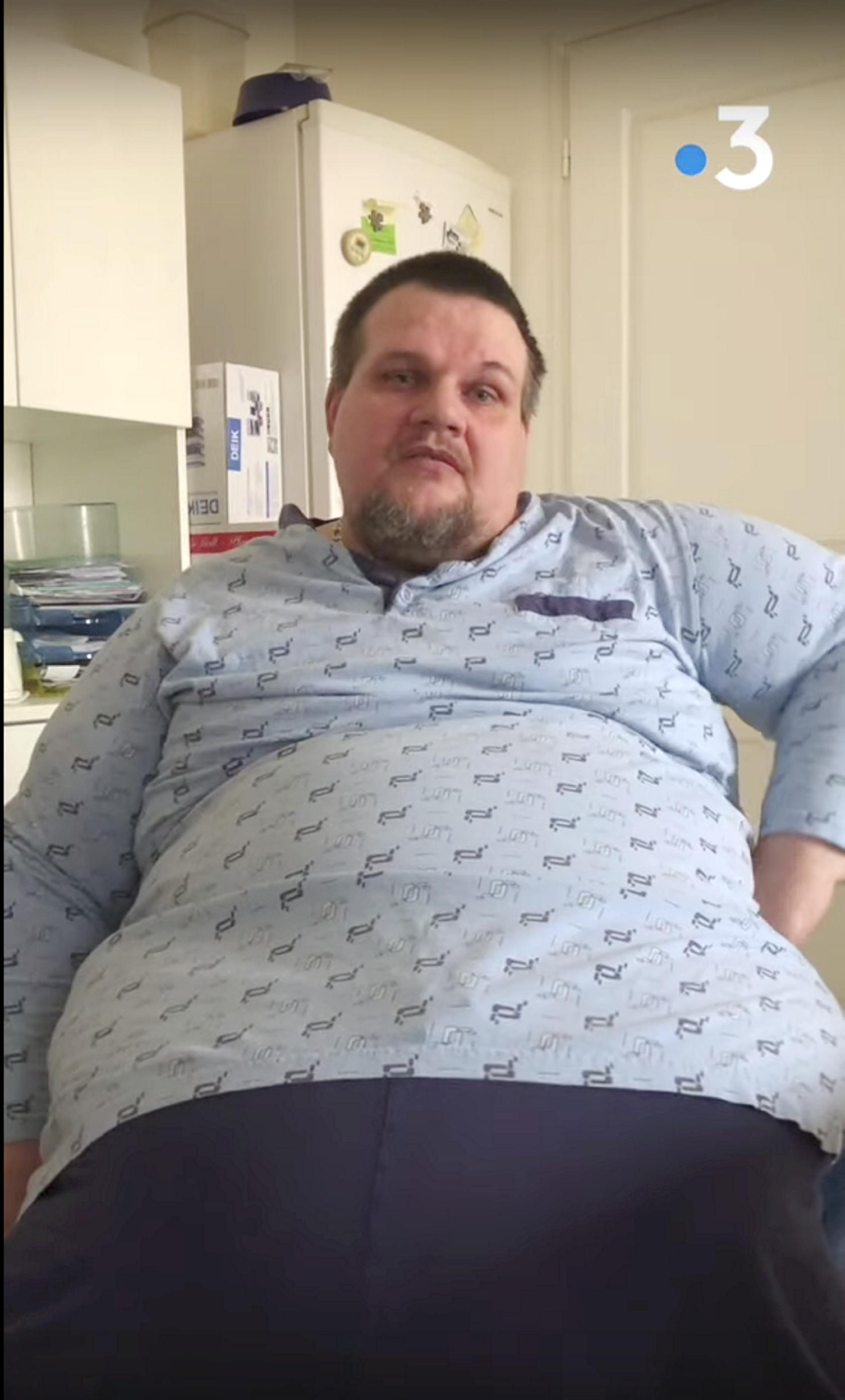 Joël Demolin atteint d'« obésité morbide sévère » souhaite avoir recours à la bariatrie mais doit d'abord se faire enlever un œdème. La sécurité sociale refuse de rembourser cette première intervention qui ouvrira la voie à l'opération de chirurgie bariatrique.