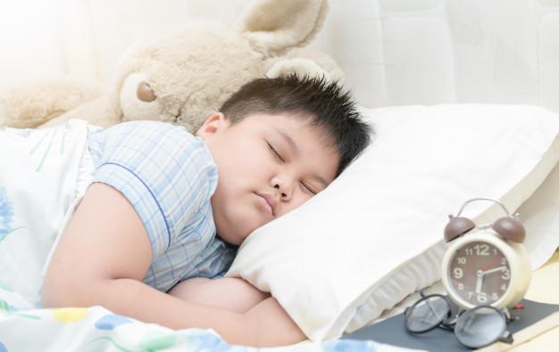 Des chercheurs suédois ont enregistré l'activité du sommeil chez les enfants. Selon les scientifiques, les enfants qui se couchent tard peuvent courir un risque plus élevé d'obésité. Ils expliquent qu'une durée de sommeil plus courte peut affecter le corps d'un enfant de nombreuses façons, y compris en augmentant les niveaux d'insuline.