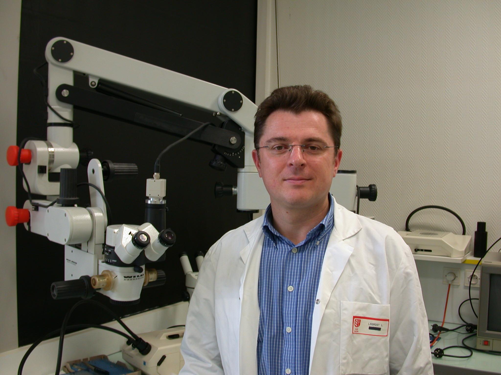 Directeur de recherche à l'Inserm (Institut national de la santé et de la recherche médicale) à l'Université de Bourgogne à Dijon, Laurent Lagrost a été l'un des premiers à alerter sur l'arrivée imminente de l'épidémie de coronavirus en France. La Ligue contre l'obésité l'a interviewé. Ses recherches le conduisent à penser que l'obésité est un facteur de risque majeur de forme dangereuse du coronavirus. Pour cet expert, la mémoire immunitaire, notamment au BCG ou à la tuberculose, pourrait contribuer à diminuer les formes sévères ou critiques du Covid-19.