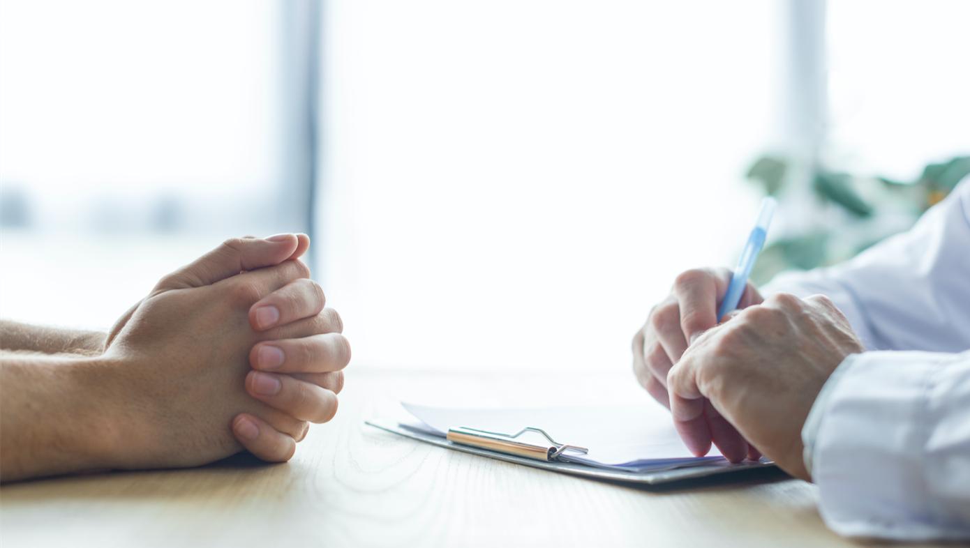 Comme l'a indiqué le Premier ministre le jeudi 28 mai, les personnes vulnérables au coronavirus et les personnes âgées de plus de 65 ans pourront prétendre à une consultation gratuite avec leur médecin traitant dans le cadre du déconfinement. Tous les patients dont lMC est égal ou supérieur à 30 ont droit à ce rendez-vous médical nommé « Bilan et vigilance ».