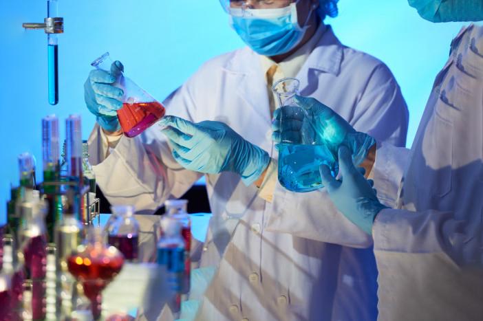 Selon une nouvelle étude menée aux Pays-Bas, le sang des hommes contient, par rapport aux femmes, une plus grande concentration d'enzyme ACE-2. C'est cette protéine qui favoriserait l'infection au Covid-19. Une analyse qui rejoint celle d'autres scientifiques persuadés que si les personnes atteintes d'obésité ont plus de risque de souffrir durement du coronavirus, c'est parce que leurs cellules graisseuses produisent cette protéine en grande quantité.