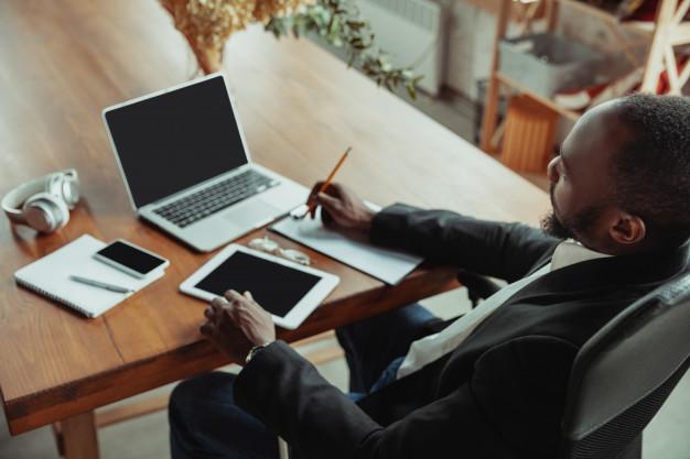 Les salariés ayant un risque de développer une forme grave d'infection au Covid-19, ainsi que les proches vivant à leur domicile en arrêt de travail dérogatoire jusqu'au 30 avril 2020, peuvent bénéficier du dispositif d'activité partielle s'ils sont toujours dans l'impossibilité d'exercer leur activité professionnelle. Les personnes à partir d'un IMC>30 concernées. Explications.