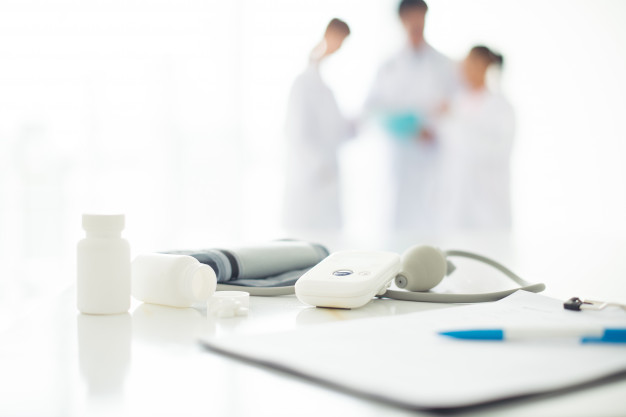 Depuis le début de la crise du Covid-19, les personnes qui souffrent d'obésité font partie des populations à risque de forme sévère de la maladie. Après avoir confirmé ce lien, des chercheurs de Lyon réalisent une étude qui vise à expliquer la surreprésentation de ces patients dans les services de réanimation et à étudier les moyens de prévenir ces formes graves. Ils misent sur le NIVolumab qui a la capacité de renforcer le système immunitaire des patients.