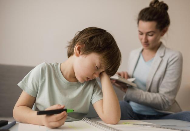 L'obésité infantile est un problème mondial. Et le lien entre des heures de coucher tardives et le risque de développer une obésité est bien réel. Une équipe canadienne a observé les dossiers médicaux de 1 642 enfants âgés de 2 à 5 ans.