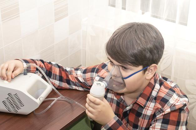 Comme de nombreux polluants atmosphériques, le dioxyde d'azote, que l'on retrouve dans les moteurs diesel, est un polluant courant qui peut avoir un impact sur les symptômes de l'asthme. Une étude menée sur 271 élèves scolarisés en centre-ville aux États-Unis a examiné la relation entre le dioxyde d'azote, les symptômes de l'asthme et l'indice de masse corporelle. Des mesures de précaution peuvent êtres prises.