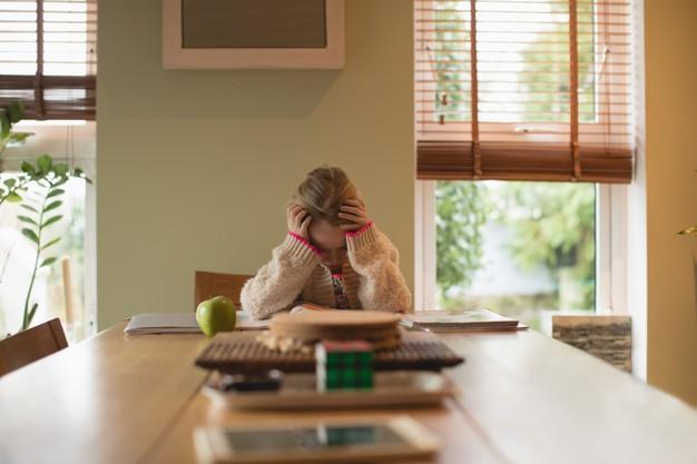 Une étude japonaise fait le lien entre les traumatismes vécus pendant l'enfance, l'environnement social et l'obésité. Les victimes ont plus de risques de souffrir d'addiction au tabac ou d'avoir des envies de produits sucrés et gras en période de stress. Au Japon, environ un homme sur trois et une femme sur cinq sont en surpoids.