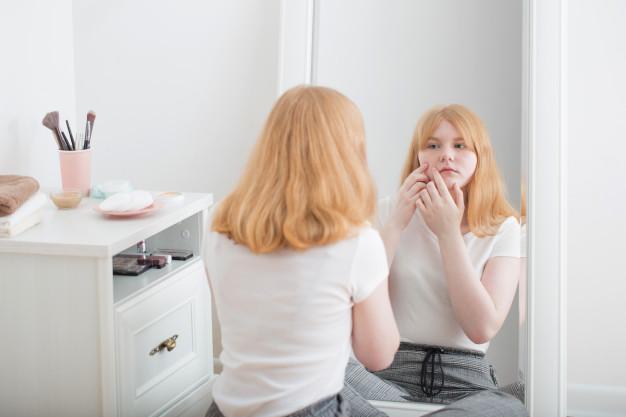 Les jeunes filles touchées par la puberté précoce seraient plus à risque de devenir obèses à l'âge adulte. C'est la conclusion à laquelle est arrivée le professeur américaine Carole Elias qui a travaillé sur le lien entre obésité et puberté. Son étude sur la souris permet d'identifier les gènes reliant l'apparition de la puberté à des zones cérébrales spécifiques. La leptine serait l'hormone coupable.